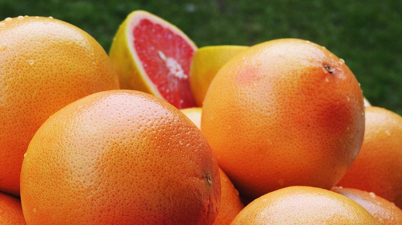 La toronja contiene vitamina C, pro vitamina A, minerales, flavonoides y ácido fólico, una de las ventajas de ese cítrico es que las personas que la consume, les ayuda a reducir el colesterol, bajar de peso, hidratar la piel y a prevenir enfermedades, entre estas el cáncer