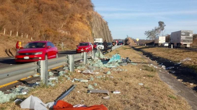 Tras la volcadura, los restos del vehículo y los muebles que transportaba quedaron esparcidos sobre la carpeta asfáltica y sus alrededores