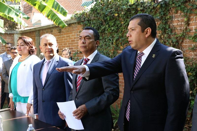 En seguimiento a los cambios anunciados por el mandatario michoacano, el encargado de la política interna entregó a Juan Carlos Barragán el nombramiento de director general del subsistema Telebachillerato