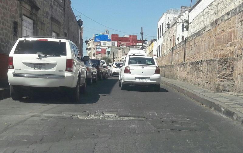 La situación ha generado la molestia de cientos de ciudadanos a bordo de su auto que por más que buscan librar el hoyo, no alcanzan a hacerlo y sufren por la afectación de sus unidades