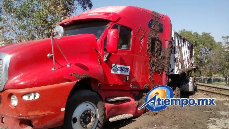 En este accidente no se reportan personas lesionadas, pues el conductor de la unidad sólo fue víctima de pequeños golpes (FOTO: MARIO REBOLLAR)