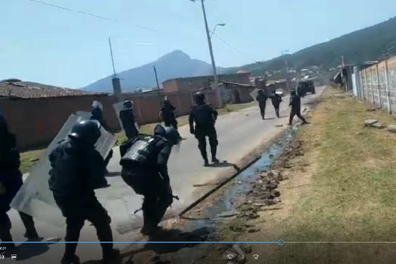 Según han difundido la CNTE, normalistas, comuneros, organizaciones sociales y medios de comunicación afines, desde el primer momento los policías ingresaron armados al pueblo; este video los desmiente