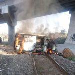 Normalistas roban y queman vehículo en apoyo a Arantepacua
