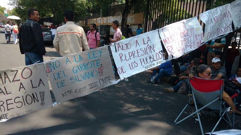 Hicieron presencia en la Avenida Acueducto los granaderos quienes conminaron a los normalistas a liberar la importante arteria, lo cual consiguieron pero se quedaron bloqueando Ventura Puente desde Adolfo Cano hasta Avenida Acueducto