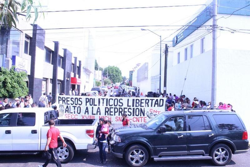 La CNTE, normalistas y otros grupos afines defienden a los protagonistas de los desmanes y hechos de violencia de los últimos días