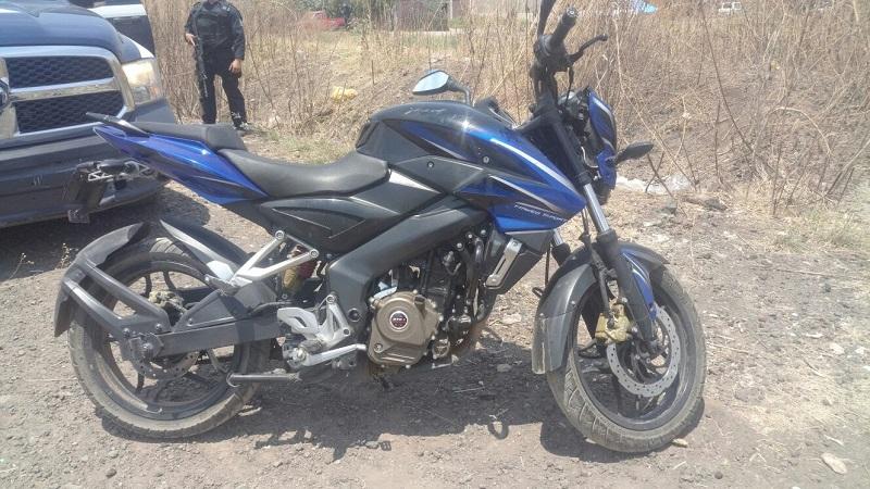 En el lugar se aseguró un arma de fuego calibre .9mm, y una motocicleta marca Bajaj, línea Pulsar, con reporte de robo