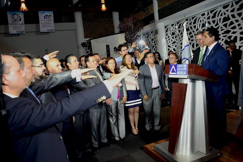 En su mensaje, el mandatario estatal aseguró que apoyar al comercio formal y establecido para generar mayor competitividad y capacidad de crecimiento en Morelia, traerá beneficios a todo el estado