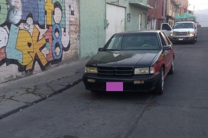 El primero de los automotores asegurado se encontró en la carretera Cointzio, frente a la colonia San Jorge. Se trata de un vehículo de la marca Chevrolet color Guinda