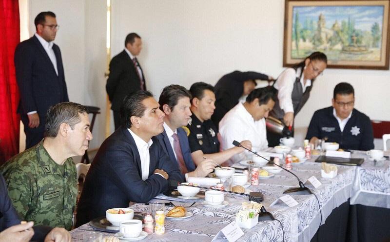 Al respecto, Felipe González Carmona, informó que en esta reunión se expusieron las acciones encaminadas a proteger el patrimonio de la ciudadanía referente al robo de autos, detención de personas señaladas por diversos delitos, así como los resultados de los operativos realizados de manera interinstitucional