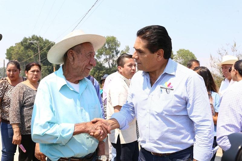 El gobernador aprovechó su visita a Tocumbo para invitar a los habitantes a aprovechar los programas de carácter social que emprende su administración