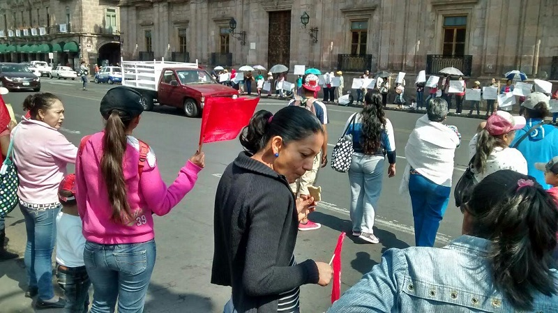 Los manifestantes no bloquean la Avenida Madero, pues se encuentran sobre las aceras a la altura de Palacio de Gobierno (FOTO: FRANCISCO ALBERTO SOTOMAYOR)
