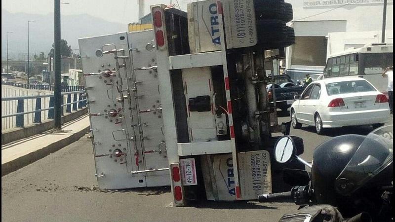 En esa zona, el conductor de la unidad perdió el control de la misma y el remolque se desprendió el camión, para posteriormente volcarse