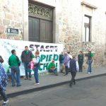 Hasta el momento los manifestantes cierran el acceso a la sede de la dependencia estatal, ubicada en la calle Juárez de la Zona Centro, a espaldas de Palacio de Gobierno, donde la vialidad se mantiene libre