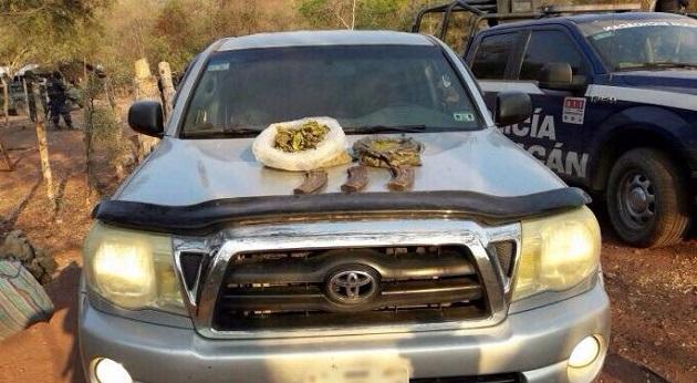 En esa acción, que se extendió hacia los municipios de La Huacana y Turicato, fueron asegurados también cinco vehículos, droga, cargadores y cartuchos útiles