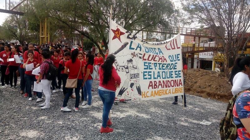 A su paso, los manifestantes iban gritando consignas, así como haciendo pegas y pintas en puertas, ventanas, mobiliario urbano y edificios (FOTO: FRANCISCO ALBERTO SOTOMAYOR)