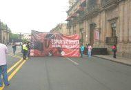 En este momento se reporta que los manifestantes están bloqueando los carriles de oriente a poniente, mientas que los de poniente a oriente permanecen abiertos. Se recomienda tomar precauciones. (FOTO: EDUARDO MENDOZA RANGEL)