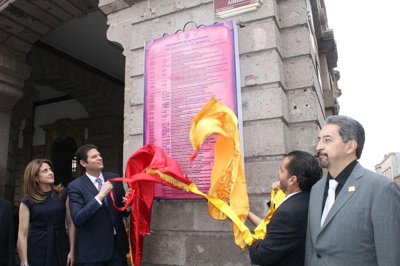 Posteriormente, Martínez Alcázar, acompañado también de los Integrantes del Cabildo de Morelia y miembros del Consejo Ciudadano, regresó a Palacio Municipal donde rindieron honores al Lábaro Patrio (FOTO: MARIO REBOLLAR)