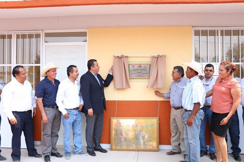 Barragán Vélez explicó que también se realizó la entrega de mobiliario por parte del Instituto de la Infraestructura Física Educativa del Estado de Michoacán