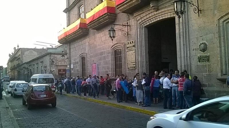 Los manifestantes se quejan de Bustos Aguilar por el supuesto incumplimiento de una serie de pagos y compromisos con la plantilla laboral