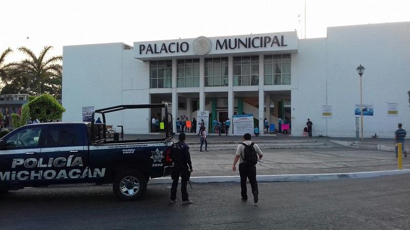 Elementos de la Policía Michoacán resguardan las alcaldías luego de que los docentes tomaran las instalaciones la mañana de este miércoles
