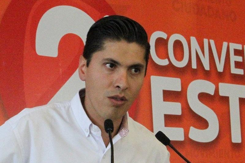 Javier Paredes lamentó que el gobernador de Michoacán, Silvano Aureoles, se haya dedicado más a sobrevolar el estado que a recorrerlo, y lo llamó a poner orden en las áreas de seguridad pública y procuración de justicia