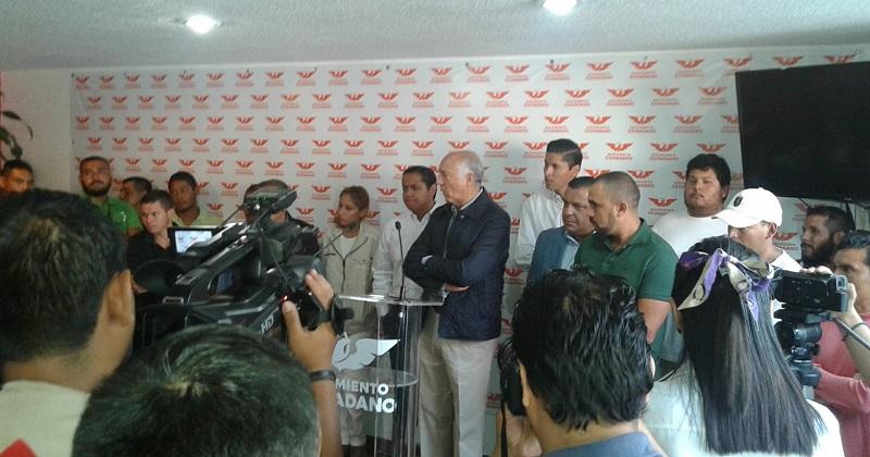 De acuerdo con liderazgos de Movimiento Ciudadano, hasta el momento suman 27 los ex autodefensas que han logrado salir bajo fianza, aunque seguirán su proceso penal en libertad (FOTO: NICOLÁS CASIMIRO)