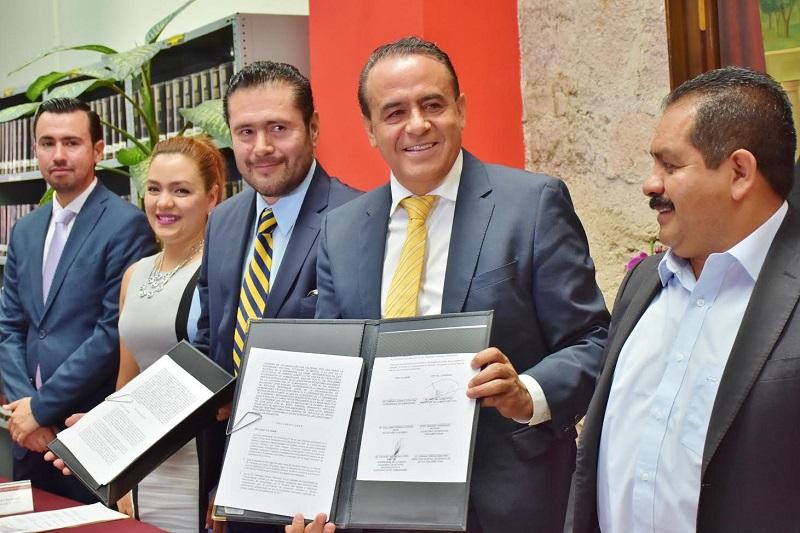 En su mensaje, el diputado Pascual Sigala, quien también preside el Comité Editorial, Biblioteca y Archivo, señaló que la firma de este Convenio marco, servirá para consolidar los vínculos y el trabajo en equipo entre el Congreso del Estado y la UNAM