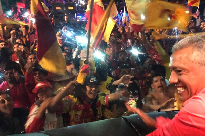 Miles de personas se reunieron para recibir al autobús de los michoacanos, que lograron derrotar a los Rayados de Monterrey en su estadio por 2-1 y después regresaron a su Michoacán, donde los esperó su afición