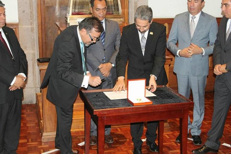 """""""Melchor Ocampo ha sido mi guía moral e intelectual y hoy vengo humildemente a entregar esta magna Presea con la que me han distinguido"""", expresó Enrique Acha Daza (FOTO: MARIO REBOLLAR)"""