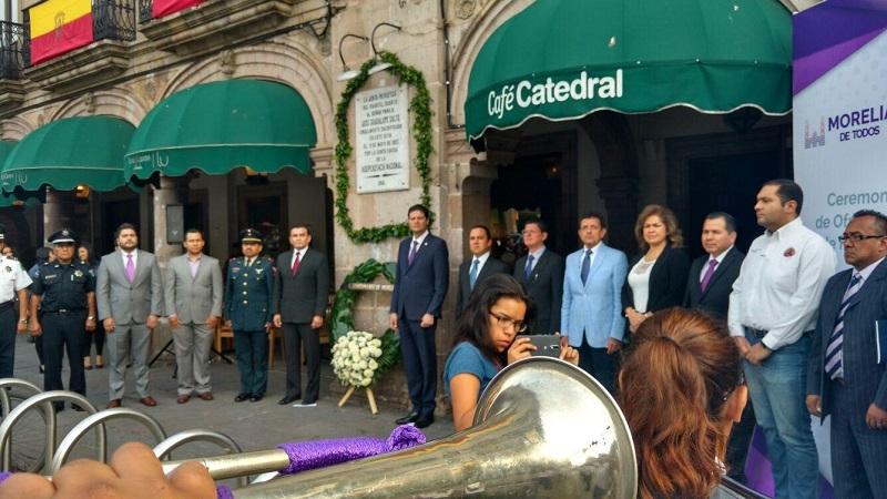 El alcalde Alfonso Martínez, junto con los funcionarios municipales, colocaron la ofrenda floral y montaron guardia de honor por el Presbítero José Guadalupe Salto