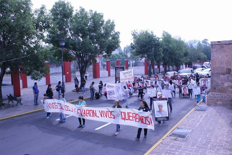 La movilización es escoltada por una patrulla de la Policía Michoacán y sólo entorpece ligeramente el tránsito vehicular