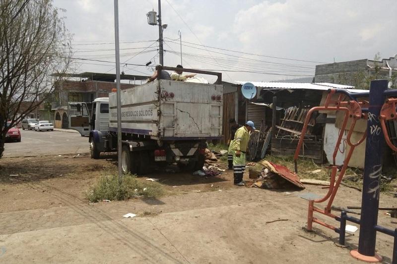 Los trabajadores sindicalizados realizaron jornadas de limpieza en la zona con el fin de abonar a la reconstrucción lo más pronto posible del patrimonio de las familias afectadas (FOTOS: ABUNDIO MOLINERO)