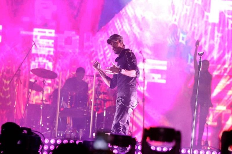 En punto de las 21:00 horas, proveniente de Miami, arribó al Teatro del Pueblo el cantante español Enrique Iglesias, uno de los máximos exponentes de la música latina