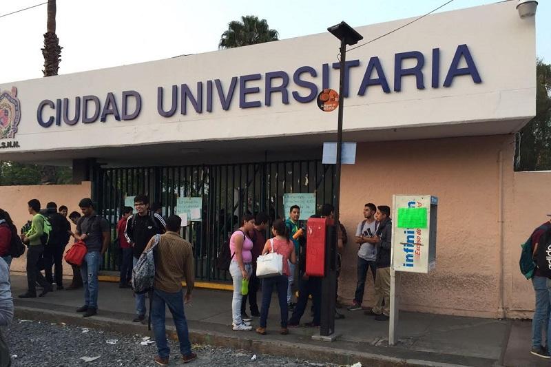 Cientos de jóvenes que acudían a sus clases normales se han quedado una vez más en la calle
