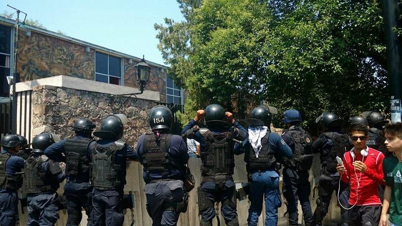 Los vándalos se refugiaron en la Escuela Normal Urbana Federal, donde los elementos de la SSP de Michoacán no pudieron perseguirlos (FOTOS: FRANCISCO ALBERTO SOTOMAYOR)