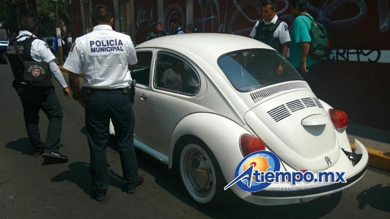 Extraoficialmente se pudo conocer que el detenido es un trabajador de la Dirección de Pensiones Civiles del Estado, quien conducía un Volkswagen Sedán de color blanco, sin placas de circulación (FOTOS: FRANCISCO ALBERTO SOTOMAYOR)