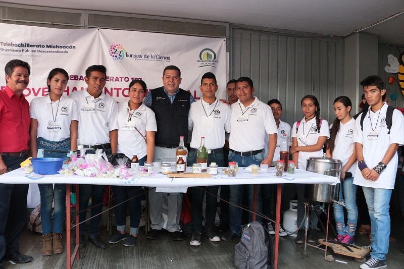"""Los alumnos del Telebachillerato 157, ubicado en Cuto del Porvenir, presentaron el proyecto """"Aprovechamiento Integral de la Higuerilla"""", una planta a la que la población considera una plaga, pero de la que se pueden obtener productos como jabones"""