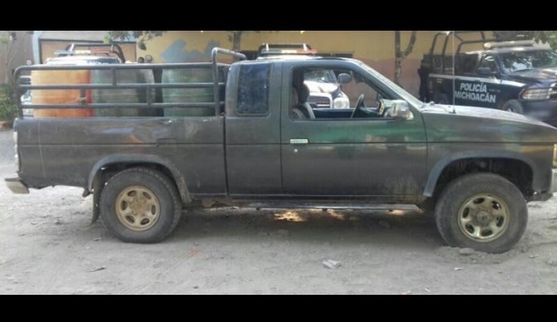 Elementos castrenses y de la Policía Michoacán destacamentados en un filtro de revisión inspeccionaron una camioneta marca Nissan, tipo King-cab, con cinco bidones de plástico que en su interior contenían el hidrocarburo
