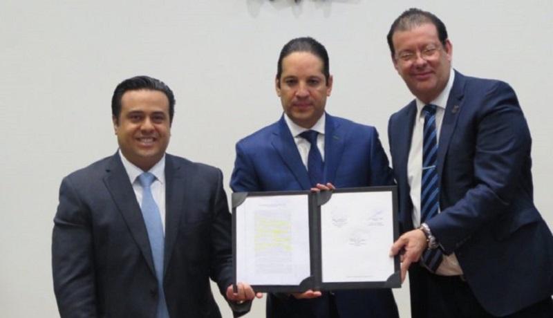 El gobernador Francisco Domínguez Servién tomo la protesta de ley a los integrantes del Consejo de Administración de QroBús