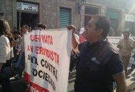 La marcha se realizó de manera pacífica y al término de la misma se pegaron cartulinas en la puerta principal de Palacio de Gobierno