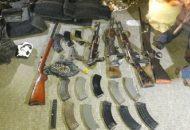 A los presuntos responsables del hecho se les aseguró un rifle calibre .22, tres AK-47 con 14 cargadores abastecidos con 50 cartuchos útiles, una escopeta, un arma corta y nueve chalecos tácticos