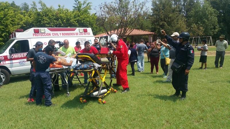 Al ser valorado por los médicos solicitaron el apoyo a los paramédicos para que se coordinaran con el Centro Regulador de Urgencias Médicas (CRUM), para hacer la recepción en el hospital civil de la capital del estado, ya que la persona se encontraba delicada