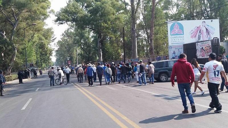 Durante la toma de la Calzada Ventura Puente de Morelia, se queja la CNTE por el fuerte operativo de seguridad que se implementó en torno a las sedes de la evaluación docente