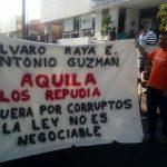Mientras se mantuvo el bloqueo, elementos de la Policía Michoacán estuvieron desviando el tránsito vehicular