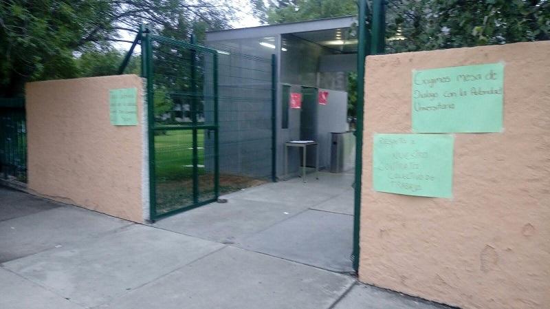 En el lugar, se observa a unas 20 personas que bloquean el acceso a la rectoría y han colocado pancartas con sus exigencias en los alrededores