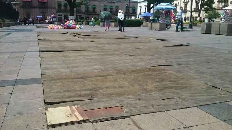 A la fecha, los tablones colocados encima de la cantera de manera preventiva para evitar accidentes a los caminantes, ya se encuentran deteriorados y siguen representando un peligro para quienes gustan de caminar por las plazas de la capital michoacana