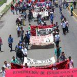 Los integrantes del ala radical exigen la derogación de la reforma educativa, que se les hagan pagos de compensaciones pendientes y plazas automáticas para los normalistas recién egresados La movilización está programada para las 10:00 horas de este jueves; se prevé que serán dos los contingentes que partirán hacia Palacio de Gobierno; uno partirá del Libramiento Sur, frente al Panteón de Gayosso, y el segundo partirá desde la Calzada Juárez, frente al Zoológico de Morelia Morelia, Michoacán, 24 de agosto de 2017.- ¡Tome sus precauciones!, una vez más, marchará este jueves la Sección XVIII de la Coordinadora Nacional de Trabajadores de la Educación (CNTE) por las calles de la ciudad de Morelia. La movilización está programada para las 10:00 horas de este jueves y se prevé que serán dos los contingentes que partirán hacia Palacio de Gobierno. El primero de los grupos partirá del Libramiento Sur, frente al Panteón de Gayosso, mientras que el segundo partirá desde la Calzada Juárez, frente al Zoológico de Morelia Los integrantes del ala radical exigen la derogación de la reforma educativa, que se les hagan pagos de compensaciones pendientes y plazas automáticas para los normalistas recién egresados.