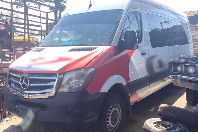 Los supuestos agentes de viajes transitaban a bordo de un vehículo marca Mercedes Benz, color blanco, el cual también quedó asegurado por las autoridades