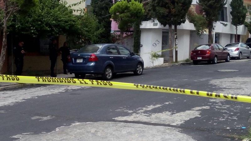 La víctima quedó tirada a un costado de un vehículo Chevrolet Aveo, de color azul, con placas de esta entidad, siendo identificado por familiares como Abelardo C., de aproximadamente 40 años de edad, de ofició ganadero