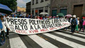 En la manifestación también hubo expresiones de rechazo hacia la reforma educativa y la evaluación docente (FOTO: FRANCISCO ALBERTO SOTOMAYOR)